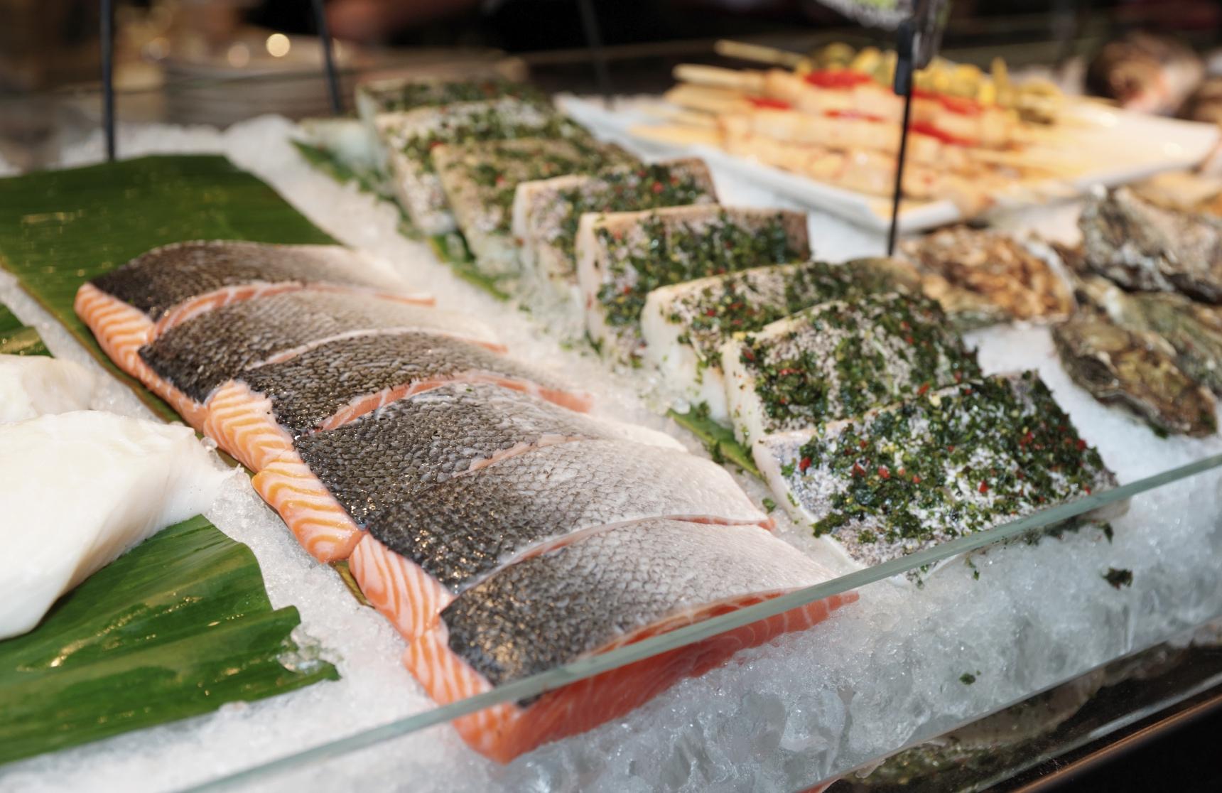 Fish steaks at the market. image: kondor83
